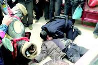 临沂一老人倒在街头 民警跪地急救未果整遗容送老人