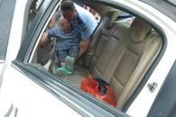 八旬老人坐电动轮椅迷路 民警丢下碗筷送她回家