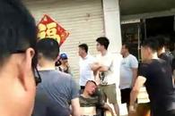 滨州一消防员高温下救火几乎晕厥 市民为其扇扇子降温