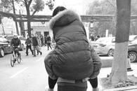 医生下班途中遇患者行走不便 背数百米将其送至住院部
