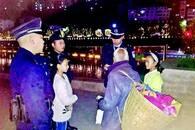 八旬爹爹蜷缩河边 两名小学生写信请警察帮老人回家