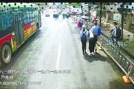 女孩突然晕倒 公交司机背她跑步百米送医