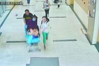 患者转运途中呼吸心跳全无 护士跪着做200次心肺复苏