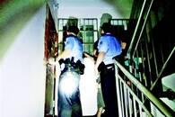 男子报警称武汉网友要自杀 民警连夜敲24户房门救人