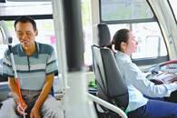 """就想和你在一起 盲残丈夫陪公交司机妻子""""上班"""""""