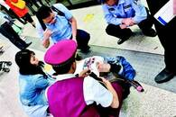 孕妇乘地铁时突然晕倒 路过医生护士紧急救治