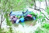 一家三口连车带人冲进冰冷池塘 八位好汉出手相救