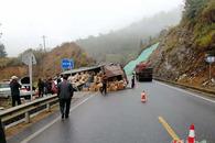 宜春:货车侧翻货物散落一地 村民帮助搬运(图)