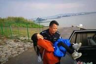柴桑区民警抱着伤者转移:这一抱,温暖如春
