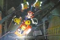 工人不慎跌入电梯井 消防员接力救出