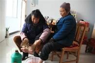 """暖""""心""""闻:城固女教师带着八旬母亲住校教书"""