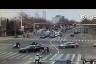 莱州两辅警以身挡车护送老太 受访:不能让车碰到她