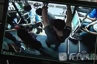 """济南老人突发疾病 公交车变""""救护车"""" 开进医院"""