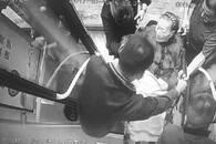 4天两次目睹司机搀扶老人 老乘客赞扬司机有爱心