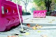 电缆沟盖板被压断致路人摔倒 好心市民摆放围挡警示