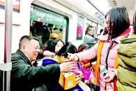 爱心企业买滞销苹果赠给市民 在地铁和高校免费发放