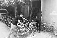小巷乱放百辆共享单车 4位小伙自发清理