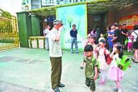 老人36年来每天坚持给幼儿园孩子敬礼、问好
