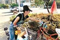 95后女孩每天给街头环卫工送水 幼年曾获环卫工救助