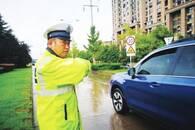 车来车往的路口 马鞍山一交警一站就是32年