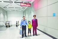 男孩坐末班地铁一觉睡到机场 地铁员工警察护送回家