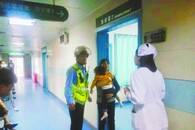 辅警飞骑送病危幼童就医 家属天天去等他想说声谢谢