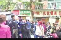 骑车女子被卷越野车底 30多名路人喊着号子抬车救人
