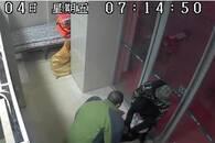 取钱男子清晨ATM机前突然晕倒 看银行如何救人?