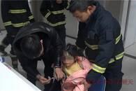 女童高烧堵在结冰高速 消防员抱着徒步送医