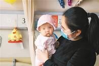 """暖""""心""""闻:全国首例试管婴儿亲体肝移植宝宝出院"""
