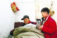 父病故母重病 10岁男孩自幼随伯父住进养老院
