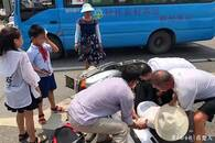 电瓶车撞上公交车 乘客下车一路施救