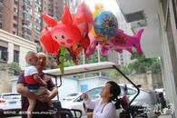 """""""袖珍""""大姐合肥街头卖气球 挣钱辛苦仍不忘资助他人"""