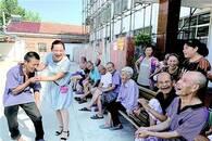 24年坚守乡村福利院 照顾近200位孤残老人