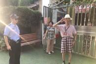 武汉九旬老人迷路 民警救助后他敬礼致谢