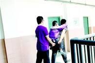 学生患病不能爬楼全班同学一楼陪读