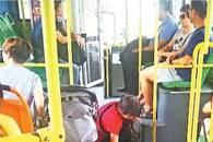 小伙公交车上呕吐 她两次蹲下身来擦拭清理