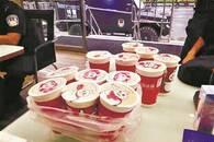 暖心女孩点12杯奶茶送给警务站民警 留言暖人心