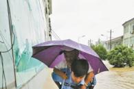 暴雨中 马鞍山一名90后辅警背起七旬老人蹚水而行