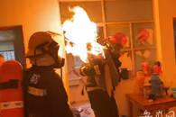 """合肥一自建房内煤气罐起火 消防员抱起""""火罐""""冲下楼"""