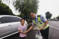 暖心!铜陵7岁萌娃为防汛民警送来水饺