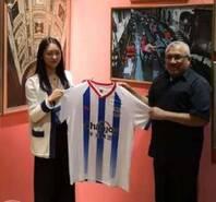中国足坛美女老总送马尔代夫副总统球衣