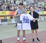 贵州美女老板向悍将赠200场纪念球衣
