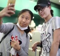 吴敏霞现身机场 与粉丝自拍亲和力十足