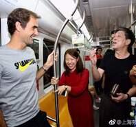 费德勒感受上海地铁 与粉丝交流