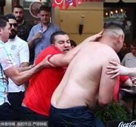 英格兰球迷终出手!怒扇赤裸对手耳光
