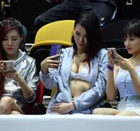 2018超级8夏季联赛 美女球迷穿着豪放