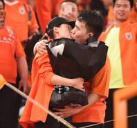 祝福!中超赛场球迷求婚甜蜜拥吻