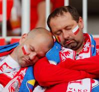 左脸波兰右脸塞内加尔?球迷看台打盹