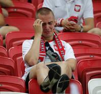 球队遭惨败淘汰 波兰球迷掩面痛哭